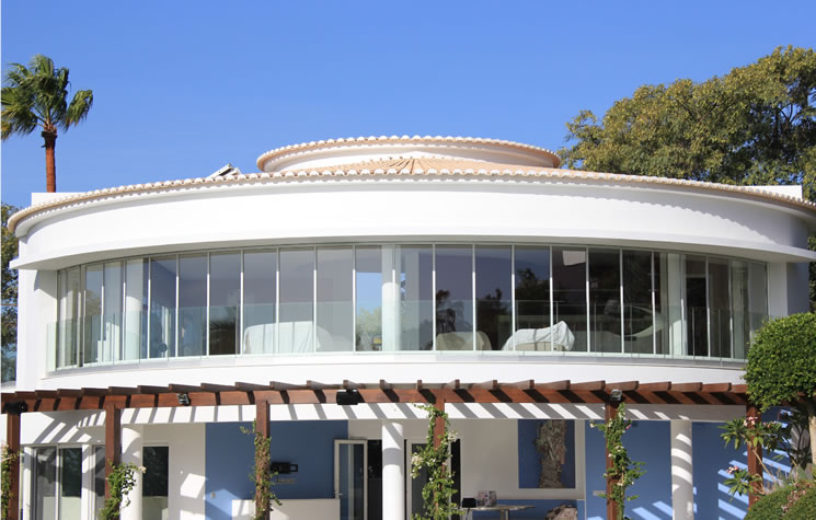 The most complicated project in the company history was completed this August. A curved folding system called SF 35 with aluminium profiles and double glazing. Giants windows is the only company in the Algarve manufacturing that system.