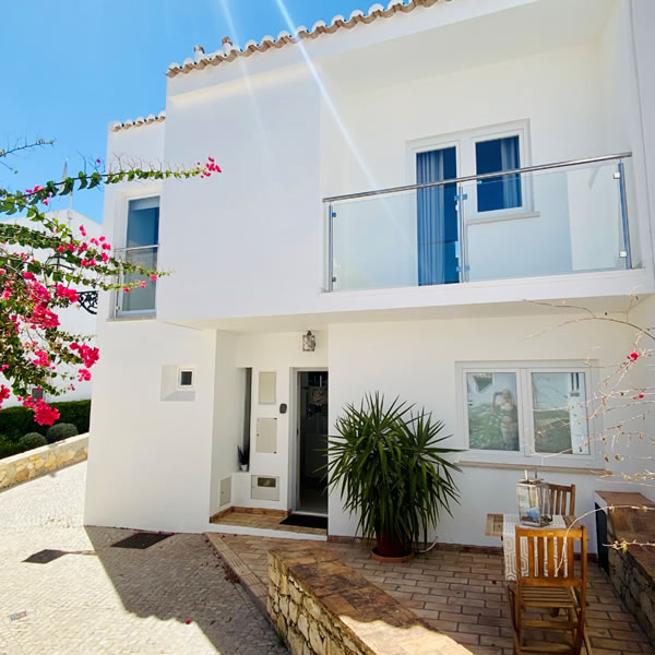 FABULOUS LOCATION JUST MINUTES' WALK FROM THE BEACH IN VALE DO LOBO , SEMI-DETACHED QUALITY TOWNHOUSE IN THE ALDEAMENTO