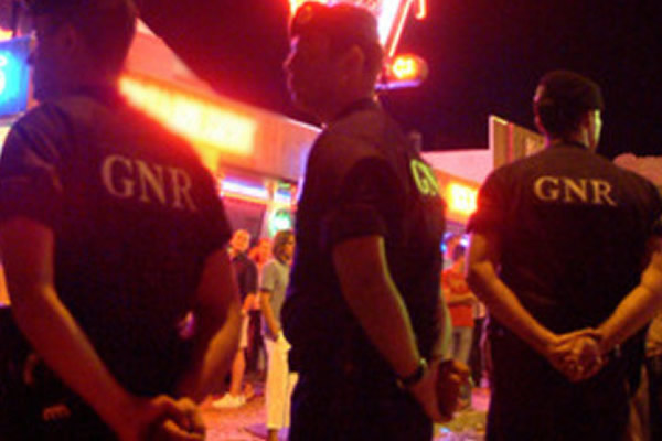 """GNR SEIZE A CANISTER """"LAUGHING GAS"""" FROM A NIGHTCLUB IN ALBUFEIRA"""