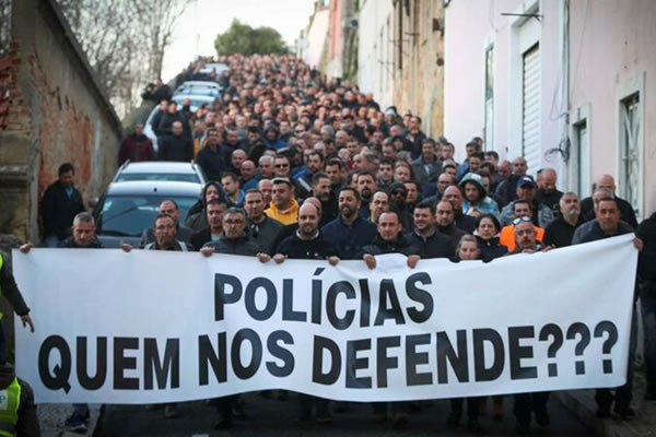 Portuguese police march for better pay with far-right support